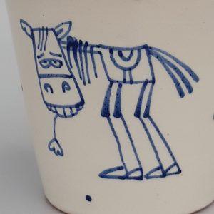 Kék állatos szűkülő falú kerámia bögre lovas dekorral – 4dl