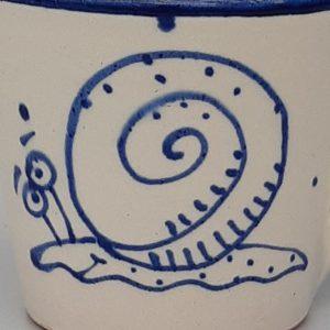 Kék állatos szűkülő falú kerámia bögre csigás dekorral – 1dl